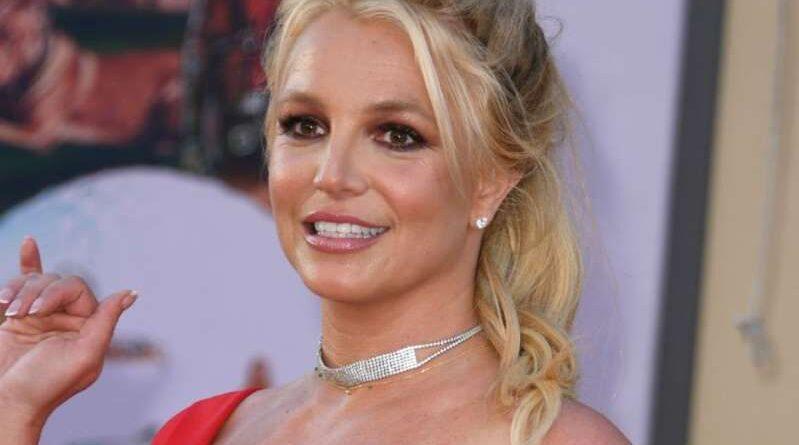 """Britney Spears sorprende con una foto que la muestra al natural, sin maquillaje Britney Spears ha sido objeto de polémica últimamente, debido al juicio que se lleva a cabo para liberar su tutelaje, pero ella ha sorprendido con su más reciente publicación en Instagram, que da un avance de lo que será su look de ahora en adelante. Luciendo al natural y casi sin maquillaje, la cantante escribió el siguiente mensaje junto a una de sus recientes imágenes: """"¿Quién lo hubiera pensado?!?! Después de todo este tiempo en mi vida simplemente estoy aprendiendo ahora que sin maquillaje es el camino a seguir….Quiero decir…. un poco de maquillaje es divertido, pero después de pasar tanto tiempo en sillas de maquillaje y peinado para verte perfecta …. Creo que un look natural es el camino a seguir …. te hace ver mucho más joven y mejor !!!! Pssss SÍ …. Sé que estoy usando mascara aquí !!!! En enero de 2019, Britney Spears canceló súbitamente sus shows de residencia en Las Vegas, haciendo una pausa indefinida. Sin embargo, sus publicaciones en Instagram -donde cuenta con más de 25 millones de seguidores- son constantes, y en éstas se muestra bailando y modelando ropa."""