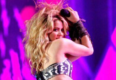 Shakira conquista Instagram con su patineta al hombro y un short roto, de mezclilla