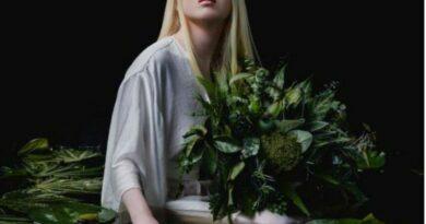 La joven albina abandonada en China de bebé que se convirtió en modelo de Vogue